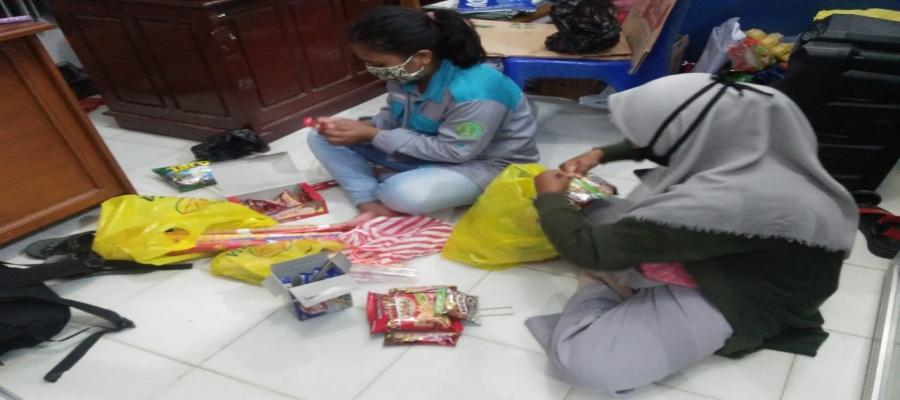 Mahasiswa membuat pesanan bucket snack